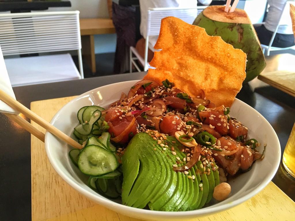 Poke Clássico - arroz branco, atum, abacate, pepino, wonton, molho cítrico