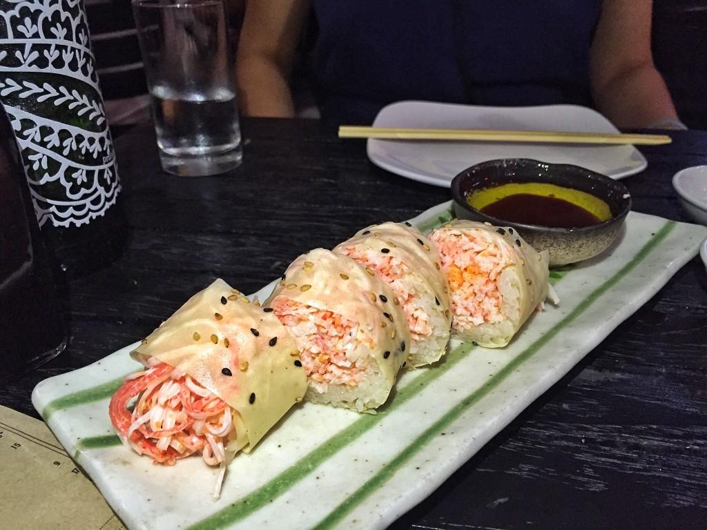 """""""Butter Crab Roll"""" ($12) - recheio de caranguejo com um pouco de kani kama, enrolado naquele papel de soja, acompanhado molho ponzu com manteiga clarificada quente"""