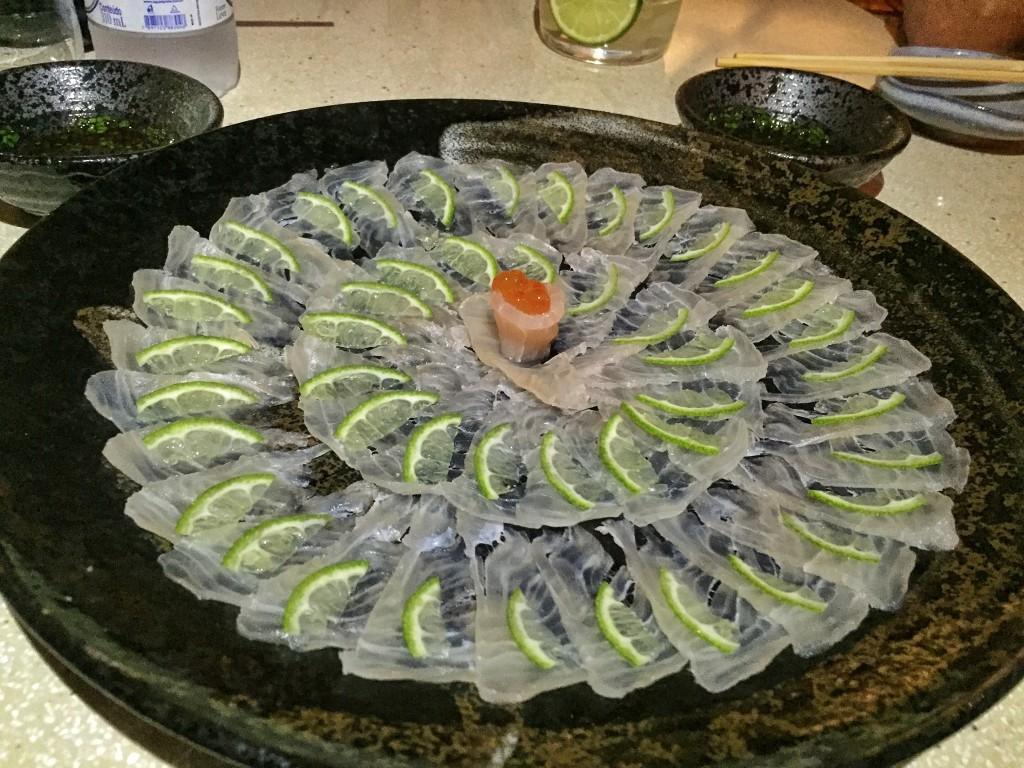 Ussusukuri de robalo com rodelas de limão e molho ponzu