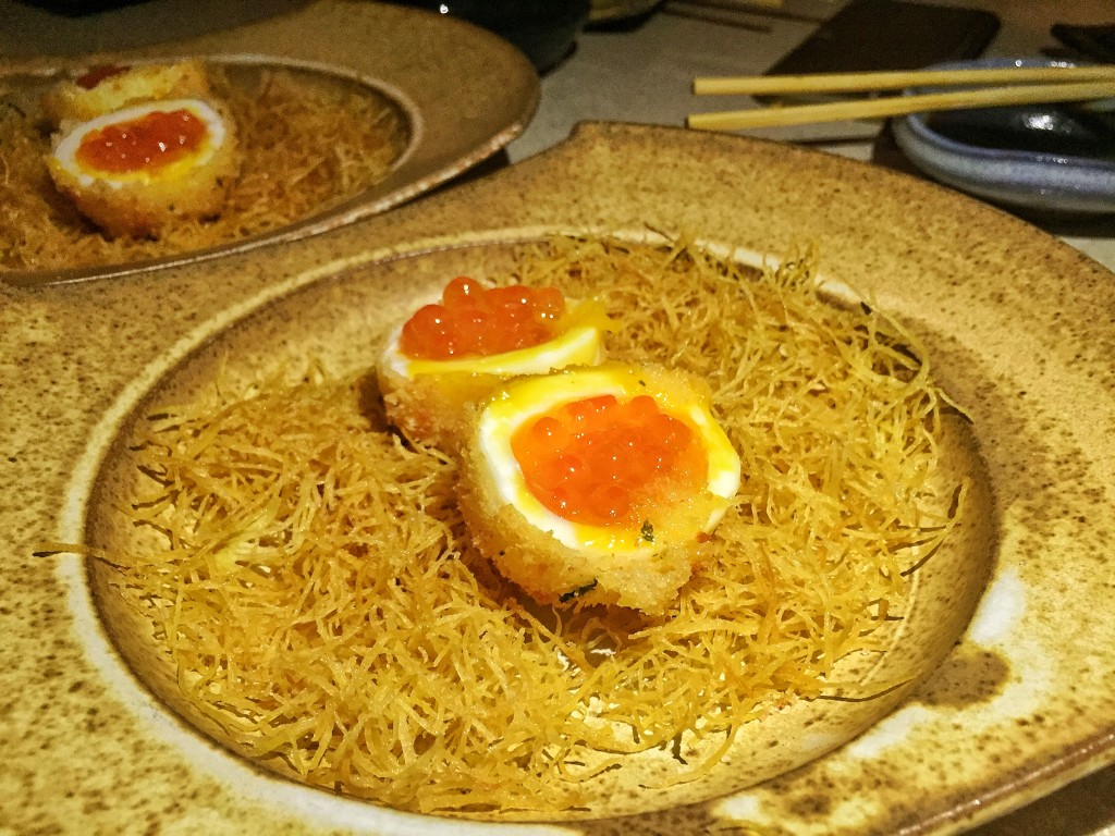 Tamago Furai (R$31), ovo orgânico mollet (Yamaguishi), salmão, farinha panko, ovas de ikura, azeite trufado, flor de sal, sob uma cama de batata doce crocante