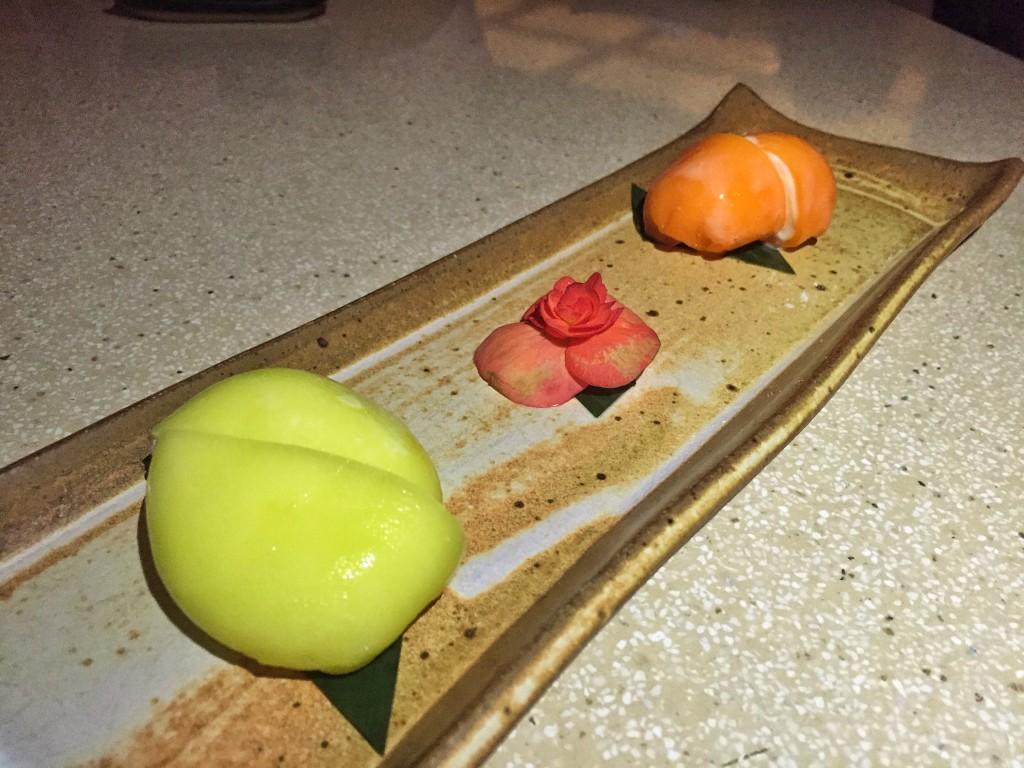Mochi recheado com sorvete de gengibre e limão siciliano e chocolate branco com laranja