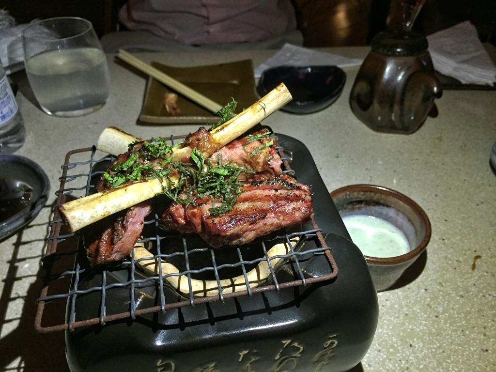 Kohitsuji (R$55) - carré de cordeiro no gengibre acompanhado por molhinho de queijo de cabra com hortelã
