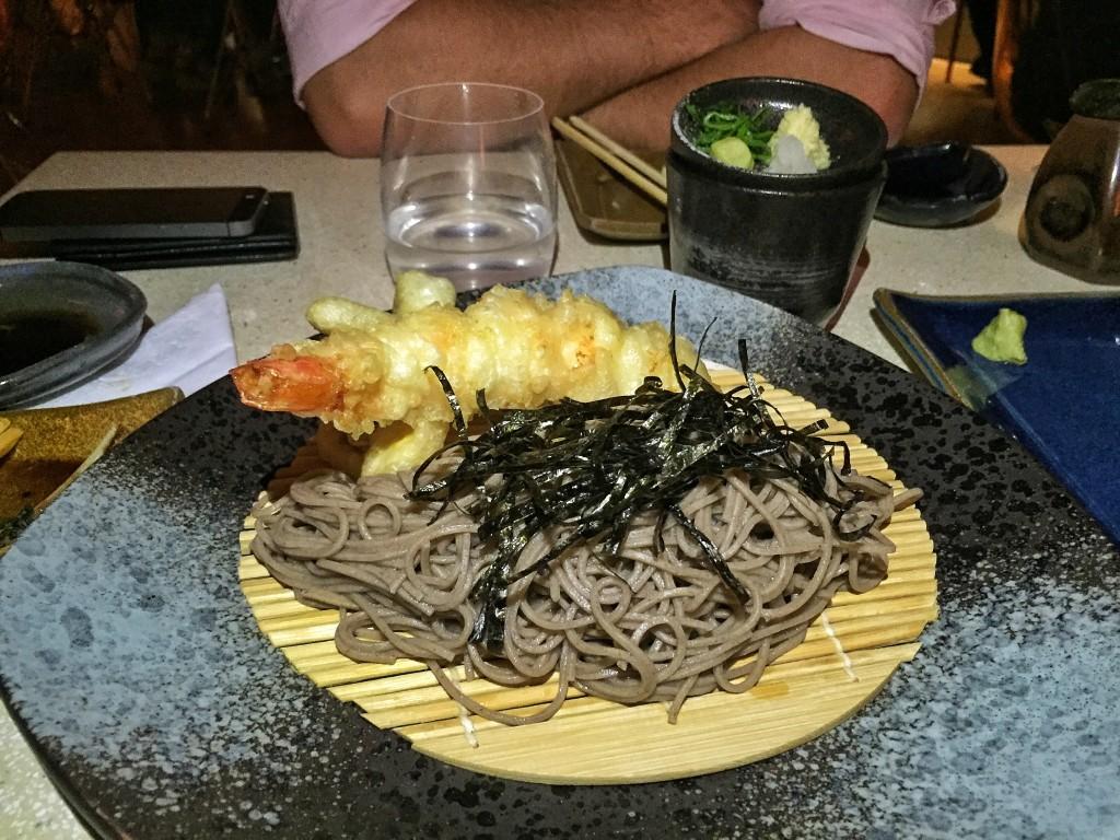 Tenzaru (R$45) - macarrão frio de trigo sarraceno servido com molho à base de shoyu com camarão e legumes tempurá