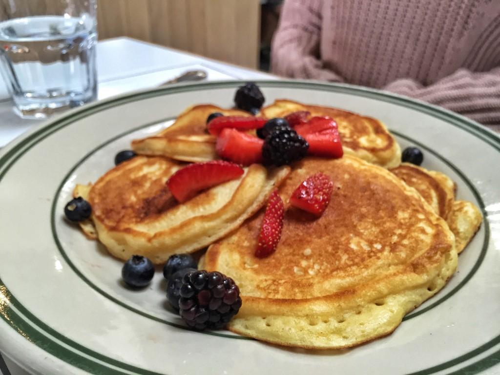 Buttermilk pancakes com frutas!