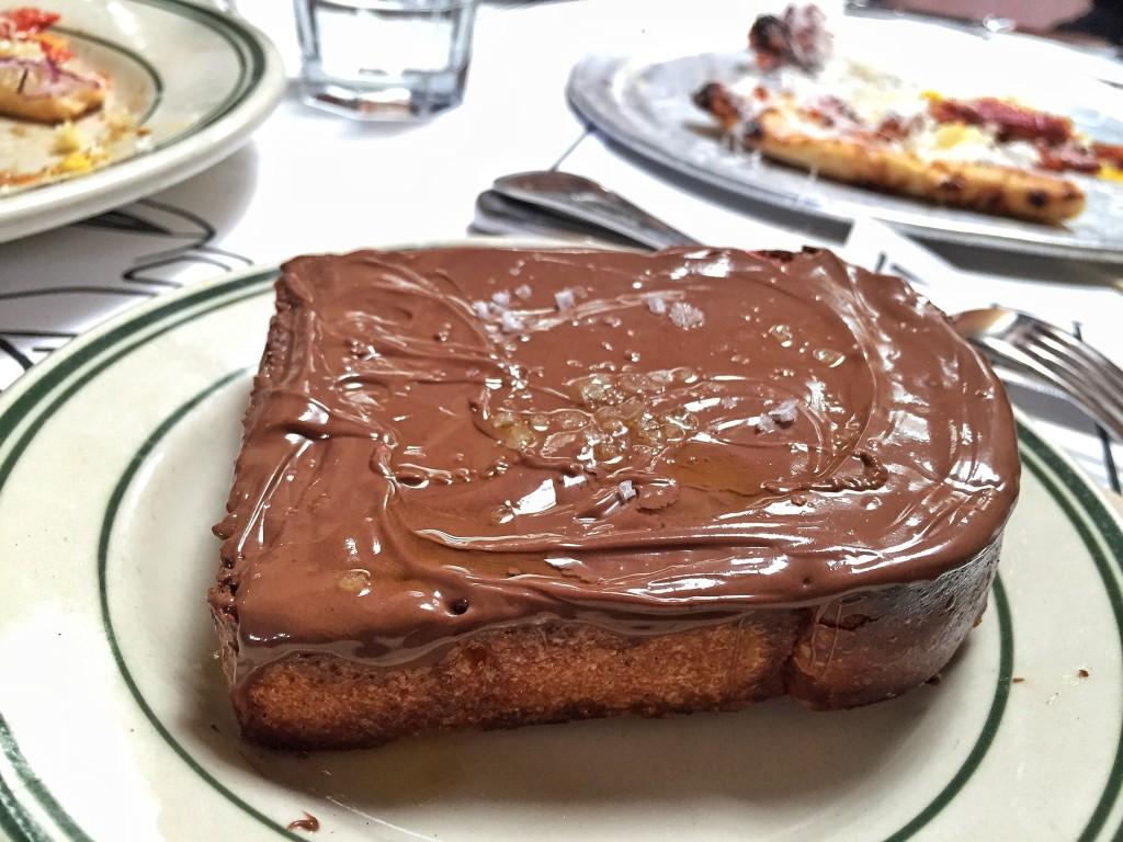 Nutella toast com azeite e sal marinho