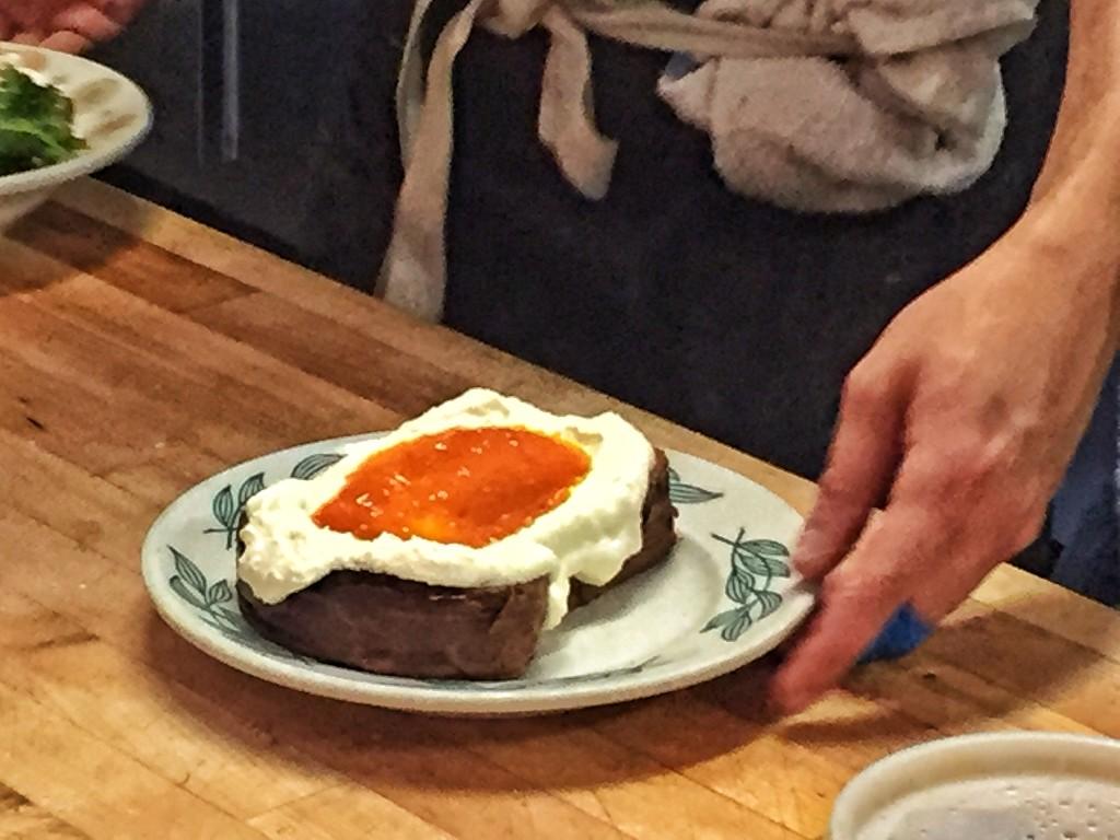 Essa é a torrada de ricota com geléia de damasco
