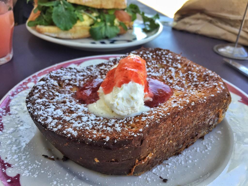 Brioche French Toast recheada com geléia e assada no estilo pain Perdu, finalizada com creme fraîche