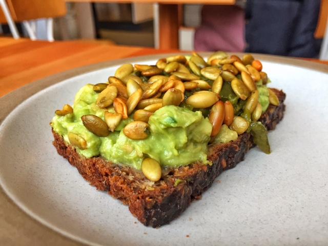 Avocado toast com semente de girassol
