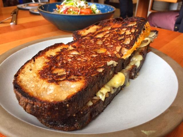 Sanduíche de cogumelos com queijo raclette