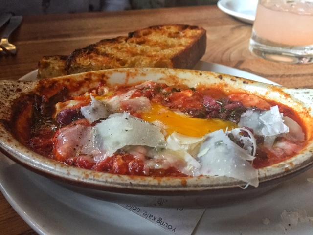 """""""oven baked eggs""""(ovos ao forno) no molho picante de tomate, tapenade de azeitonas e espinafre"""