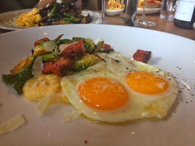 ovos fritos com polenta cremosa, bacon, couve de bruxelas e parmesão