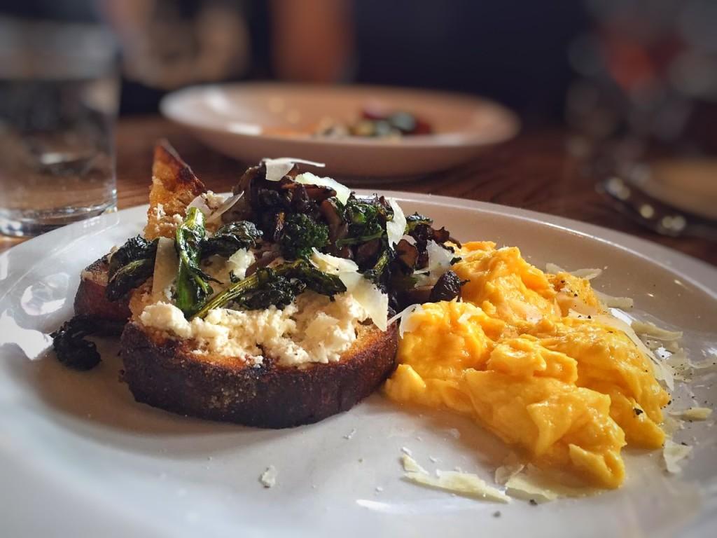 ovos mexidos com cogumelos, queijo pecorino, brocolis e torrada grelhada com ricota