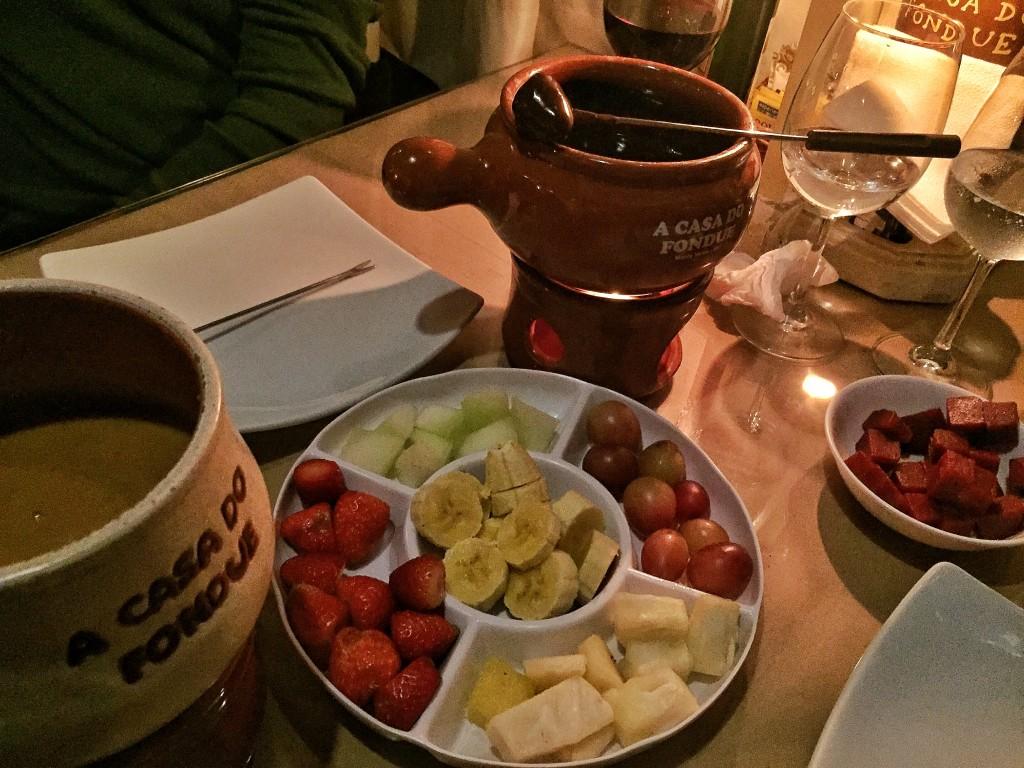 Maior perdição do mundo: frutas com fondue de chocolate e doce de leite!!!