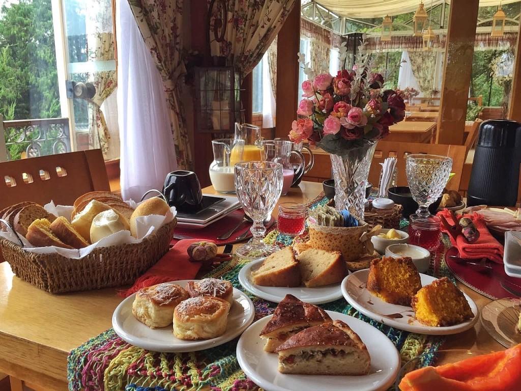 Café da manhã super completo na Pousada Carícia do Vento, em Monte Verde, MG.